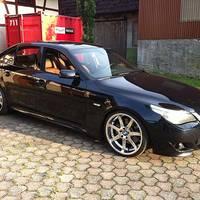 BMW 5er mit Breyton 20 Zoll in Hochglanz - Sonderanfertigung Nabendeckel BMW Logo